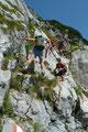 … in weiterer Folge die seilversicherten Steilstufe über Felsplatten hinunter in die Schneegrube.
