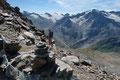 … weiter mit traumhaften Ausblick auf die Kulisse der umliegenden Bergspitzen, …