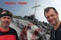 … standen exakt um 9.37 Uhr alleine am Hochtor (2369m), dem höchsten Gipfel der Ennstaler Alpen.  Brrr … es war ziemlich frisch!!! Eine kühle Brise wehte über das  Gipfeldach hinweg und sorgte für die entsprechende Gänsehaut.