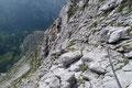 In weit angelegten Kehren, mit bestmöglicher Ausnützung der Felsbänder zog sich der leichte Klettersteig durchs Schrofengelände  Richtung Heßhütte hinunter. Einmal mit Drahtseilversicherung, dann …