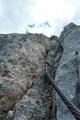 Um meiner Bergpartnerin Gabi beim finalen Miniklettersteig etwas mehr Sicherheit zu geben, bastelte ich rasch aus Bandschlingen, Reepschnüren und Karabiner ein Art Klettergeschirr.