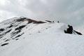 Also mussten wir uns noch etwas mehr sputen! Zwei Schifahrer suchten sich gerade einen befahrbaren Weg den Rücken talwärts herab. Und wir, … wir suchten uns ein passendes Schneeschuhdepot und …