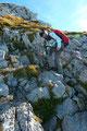 Gestärkt setzten Angela und ich unseren Abstieg fort. Ein Felsband um das andere wurde trittsicher überwunden.