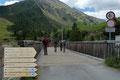 Im Anschluss daran überquerten wir die Spiegel Ache über eine kleine Holzbrücke und …