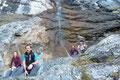 Nach knappen 40 minütigem Aufstieg erreichten wir eine Felswand, an der aus ansehlicher Höhe ein Wasserfall (eher Staubfall) herabstürzte. Ein Posieren an diesem Örtchen durfte keinesfalls in der Sammlung fehlen.