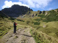Hier im Bild ist Rudolf gerade beim Fotografieren unseres heutigen Gipfelzieles, dem Eisenerzer Reichenstein. Leider war das Gipfelkreuz noch in Nebel verhüllt.