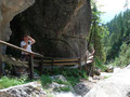 Hier ist ein Teil des Holzsteges sehr gut sichtbar, der stets zwischen Felsen und dem Wasser dahin führte.
