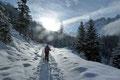 Mit zunehmender Höhe besserte sich dann die Schneelage jedoch rasch und unsere Truppe erreichte die von der Ebenalm herüberziehende Forststraße. Dieser wanderten wir nach rechts weiter …