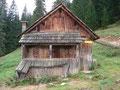 ... und einen kleinen Moment später waren wir auch schon bei den Hütten der Weißenbachalm angekommen.