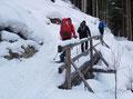 Der Winterweg führte in mäßiger Steigung wunderschön in das Gelände integriert oberhalb der Grundache talein. Kleine Brücken brachten einem dabei sicher über Gräben hinweg.