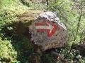 """Den nächsten markanten Richtungswechsel zeigte uns dieser """"Pfeil-Stein"""" an."""