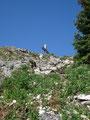 Wir drehten uns nach rechts um den Gipfel herum und stiegen über die flachere Nordseite zum höchsten Punkt empor.