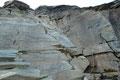 Gleich im Anschluss daran folgte noch eine weitere bestens versicherte Felsstufe, bevor man anschließend dem zum Teil schlecht, mit roten Punkten markierten Steigspuren in Kehren steil durch felsiges Terrain zu …