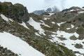 Anfangs umrundet man das Kapunitzköpfl (2815m) danach leitete der Steigverlauf unterhalb des Mullwitzköpfl  über ein letztes Schneefeld, bis es letztendlich noch mal ansteilte und in Kehren zur Hütte hinaufging.