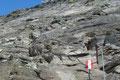 Der nun bestens markierte weiterführende Steig Nr. 733 leitete über Schieferplatten entlang der Drahtseilversicherungen in Serpentinen gipfelwärts.
