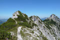 Vom Gipfel des Bergwerkskogels folgte ich dem Anstiegsweg ein kurzes Stück zurück, bis links der Weg über den Verbindungsgrat abbog. Bereits von hier konnte man die zu überkletternden Felsköpfe ausmachen.