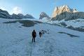 NEIN,  die Gletscherzunge des Gosaugletschers reicht natürlich nicht bis zur Hüttentür. Normalerweise muss man über Moränenschutt bis zum Gletscheranfang ansteigen. Doch heute kam uns das bis vor die Haustür reichende Firnfeld zu Gute.