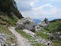 ... wanderten vorbei an diesen rießigen Steinblöcken ...
