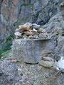 """Auch diese """"schwierige"""" felsige Passage  mühelos überwunden, weiter vorbei an diversen steinernen Wegmarkierungen querte …"""
