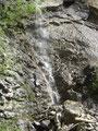 ... vorbei an diesem kleinen Wasserfall ...