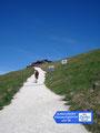 """Ein uriges  """"Zipfer-Schild"""" wies uns die letzten 100m Meter zum Schutzhaus Himmelspforte. Man konnte jetzt schon erkennen, dass sich einiges abspielt auf diesem wunderschönen """"7-Seen-Blick"""" Gipfel."""