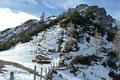 Von nun an ging es ja unmarkiert weiter! Im Schutze einiger Latschenbüsche suchten wir einen möglichen Anstieg zum Hirscheck-Gipfel. Etwas links unten machte ich eine Lücke im Latschengebüsch ausfindig. Genau dort setzten wir an.