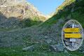 Dieser Talschluss wird auch noch als größtes Amphitheater der Welt bezeichnet. Ganz im hinteren rechten Ende, auf einem großen Felsblock angebracht, wies uns ein weiterer Wegweiser Richtung Gollingscharte hinauf.