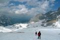 Von nun an ging es im Eilzugstempo weiter! Der Rucksack geschultert, die Steigeisen angeschnallt und Sauseschritt über den Gletscher zur Hütte hinunter gestiefelt, wo wir noch all unsere zurückgelassene Bergausrüstung einpackten.
