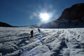 Somit der morgendlichen Hektik der Hütte entkommen, stiegen unsere Seilschaften in verschiedensten Tempos den bereits von weitem gut sichtbaren Aufstiegsweg über den eher flachen Gletscher höher.