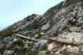 In den Fels geschlagene Handgriffe und treppenartige Holzbalken halfen einem hier über kleinere Felsstufen hinweg. Abgesehen von den vielen Touristen, war diese Hilfe für einen erfahrenen Berggeher eigentlich nicht nötig!