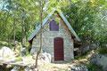 Frischen Mutes drehte ich sofort links ab und folgte den Pfad durch hohes Gras zu einer kleinen verlassenen Hütte?? … oder doch Steinhaus?
