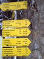 Gleich rechts neben dem Gehöft waren auch schon die ersten Wegweiser aufgestellt. Von hier aus konnte man sehr viele Ziele bewandern. Unser heutiges Ziel war der in 40 Min. erreichbare Hirschwaldstein (1095m).