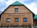"""Auf unserem Weg zum Gipfelkreuz der """"Hohen Dirn"""" kamen wir zuerst an der, leider wegen Urlaub geschlossenen"""" Anton Schlosser Hütte vorbei."""