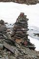 Mit dem Risiko des Einbrechens kämpften wir uns erneut über viele kleine Schneefelder zum großen Steinmann am Sattel empor. Des woa vielleicht a Tschoch!