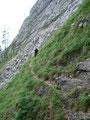 """Um mich nicht wieder im Fels zu """"verklettern"""", entschied ich mich jetzt für den """"Normalabstieg"""".  In einem weiten Bogen galt es den abschüssigen Grashang nach links  zu queren."""