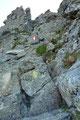 Anfangs im Bereich des Bergrückens, dann über Schrofenrinnen und Felsschultern gewannen wir rasch an Höhe.