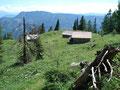 Zügig setzten wir unsere Wanderung fort, folgten dem Steig immer weiter talwärts bis zu den Hütten der Gößleralm. Weiter zwischen den Almhütten hindurch, …