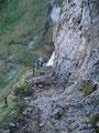 … zuerst mussten wir jedoch noch die restlichen rutschigen  Felsstufen absteigen. Bei Nässe ist wirklich höchste Vorsicht geboten!