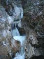 ... auf der Brücke zur rechten Seite ein Blick auf einen wunderschönen kleinen Wasserfall ...
