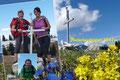 Unter den vielen blühenden Frühlingsboten machte das Posieren beim Gipfelkreuz gleich doppelt so viel Spaß. Berg Frei! Wer jetzt natürlich glaubt, es sei tatsächlich der höchste Punkt des Haderlauskögerl irrt gewaltig!