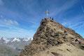 Voller Euphorie mobilisierten wir nochmals alle Kräfte und stiefelten die letzten Meter zum 3455m hohen, geräumigen Gipfeldach hinauf. In blauem Himmel getaucht nahm uns das Gipfelkreuz der Kreuzspitze in Empfang.