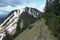 … flotten Schrittes folgte ich dem Steigverlauf über den Kamm retour. Der 1727m hohe Tanzboden, der zweite Gipfel der doppelgipfeligen Voralpe mit seinem steil nach oben führenden Schneefeld rückte immer näher. KEUCH!!!