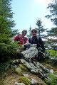 Der Vermessungsstein und höchste Punkt ist wenige Meter weiter nördlich auf der bewaldeten Kuppe versteckt. Warum nur? Fazit: Die Aussicht auf Nock und Gamsplan ist am offenen Gelände viel besser.