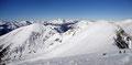 """Nach einer wohlverdienten Rastpause und ausgiebigen """"Gipfelerkunden"""" am steirischen Gipfeldach setzten wir unsere Schneeschuhtour entlang des Gratrückens in nördliche Richtung  fort. Anfangs gleich einmal steil abfallend …"""