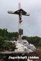 … Gabi & mich zu dessen Gipfelkreuz hinauf. Das Gipfelwahrzeichen dieses 1668m hohen Gipfels wurde erst im Jahre 2011 errichtet und eingeweiht. Nachdem unsere Hoppingtour als abgeschlossen galt, wanderten wir entlang des Weges 820 …