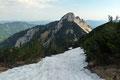 Wo im Sommer der Steigverlauf sich wahrscheinlich in engen Serpentinen in die Einsattelung zwischen den beiden Gipfeln hinunter schlängelte, zog sich heute nur ein weißes Band bergab.
