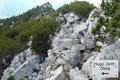 Eine Schlechtwetterzone nahte aus westlicher Richtung. Somit hielt ich mich auch nicht sehr lange am Gipfeldach auf. Nur eine kurze Trinkpause, ein Fruchtriegel und schon wandte ich mich dem zuerst nach Norden führenden Hugo-Zettl-Steig zu.