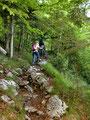 Gerli, Sabine und ich folgten dem gleich nach der Kapelle links abzweigenden, steilen und steinigen Sommerauerweg Nr. 27 bergwärts.