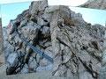 … an welchem wiederum Drahtseile (A) das Höhersteigen erleichterten. Doch auch dieser Anstieg jagt einem erfahrenen Berggeher durchaus keinen Angstschweiß auf die Stirn.