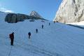 … marschierten unsere 3 Seilschaften von der Adamekhütte in südliche Richtung zum etwas ansteilenden Gletscheraufschwung. Schräg nach oben wurde dieser zur Schneebergerwand hin überwunden.